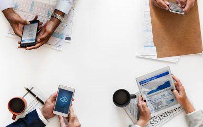 7 verbos frasales esenciales de negocios para usar en el trabajo